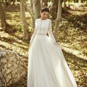Obed, elegante y sencillo vestido de novia con manga larga semitransparente que te hará deslumbrar el día de tu boda de Si Quiero Bilbao