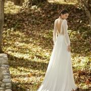 Este vestido para novia, Obed, de manga larga semitransparente con descubierto en pico en la espalda aporta un estilo y elegancia muy especial de Si Quiero Bilbao
