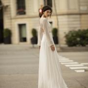 Acapara todas las miradas con este original vestido de novia, Obice, de manga larga de gasa con toques bordados en los puños, elegante descubierto en la espalda y caída desde la cintura de Si Quiero Bilbao