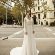 Obice, vestido de novia de manga larga de gasa con detalles bordados en los puños y cintura, con escote en V ideal para cualquier época del año de Si Quiero Bilbao