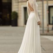 Causarás sensación y enamorarás a los invitados con este vestido Obice de manga larga de seda y toque sexy de espalsa semidescubierta en forma de triángulo de Si Quiero Bilbao