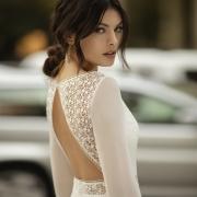 Apuesta por una opción semidescubierta en la espalda con una apertura original en forma de triángulo, enmarcado con un diseño de encaje y bordados con el vestido de boda Obice de Si Quiero Bilbao