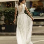 La espalda con escote ilusión es súper romántica y deja entrever la piel de la novia y es perfecto para lucir con la manga corta, Obsidia de Si Quiero Bilbao