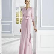 Favorecedor vestido de madrina de boda largo con lazada en la cintura, cuello barco y manga francesa de Si Quiero Bilbao