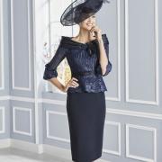 Vestido corto de madrina con un elegante cuello barco y manga francesa de Si Quiero Bilbao