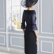 Vestido de madrina corto de Si Quiero Bilbao con cuello envolvente, cuerpo de encaje y mangas francesas con un original detalle