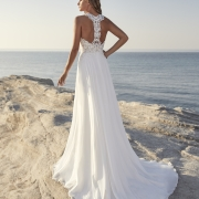 Theil favorecedor vestido de novia ceñido a la cintura, falda vaporosa y espectacular cuerpo de encaje con un diseño original en la espalda de Si Quiero Bilbao