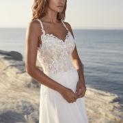 Theil vestido de novia de cuerpo de encaje con delicados motivos y formas ceñido a la cintura, con tirantes y escote en V de Si Quiero Bilbao