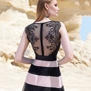 Vestido para madrina con espectacular espalda transparente, sin mangas y falda de rayasde Si Quiero Bilbao