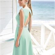 Vestido corto de fiesta y cóctel de Si Quiero Bilbao corto por delante, largo de falda trasera sin mangas y espalda abierta para lucir elegante y femenina