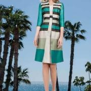Vestido corto de madrina color turquesa y abrigo estampapado para prestar elegancia en eventos nupciales de Si Quiero Bilbao