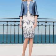 Elegante conjunto de madrina de vestido corto y chaqueta en azul con bordados de Si Quiero Bilbao