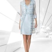 Favorecedor vestido corto de madrina con abrigo de Si Quiero Bilbao